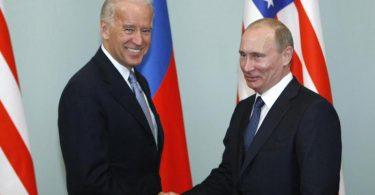 Joe Biden (l) und Wladimir Putin bei einem Treffen im März 2011. Damals war Biden Barack Obamas Vizepräsident. Foto: Alexander Zemlianichenko/AP/dpa