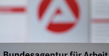 Der Schriftzug der Bundesagentur für Arbeit vor einem Logo der Bundesagentur. Foto: Sebastian Gollnow/dpa