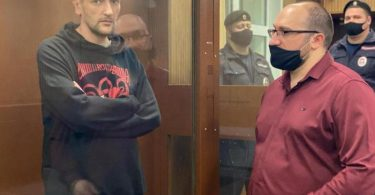 Alexej Nawalnys jüngerer Bruder Oleg (l) nimmt an einer Kautionsanhörung im Moskauer Bezirksgericht Twerskoj teil. Foto: Tverskoy District Court/TASS/dpa