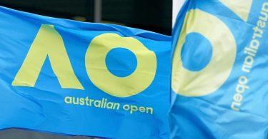 Eine Fahne mit dem Logo der Australian Open weht im Melbourne Park vor dem diesjährigen Grand-Slam-Turnier. Foto: Scott Barbour/AAP/dpa