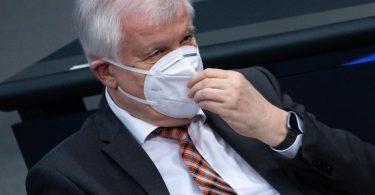 Horst Seehofer am Donnerstag im Deutschen Bundestag. Foto: Bernd von Jutrczenka/dpa