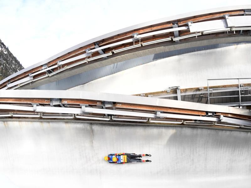 Die deutschen Rennrodler Toni Eggert und Sascha Benecken rasen auf der Kunsteisbahn am Königssee zum Sieg. Foto: Tobias Hase/dpa