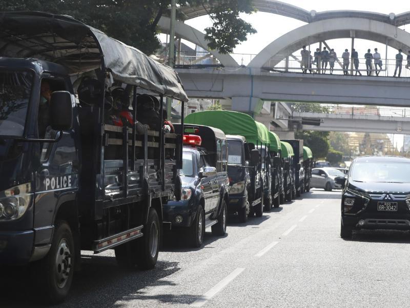 Lastwagen voller Polizisten in der Innenstadt von Yangon. Das Militärfernsehen Myanmars berichtete am Montag, dass das Militär für ein Jahr die Kontrolle über das Land übernommen hat. Foto: Thein Zaw/AP/dpa