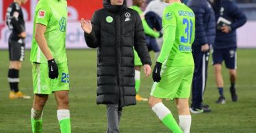 Haben mit Wolfsburg die Königsklasse im Blick:Trainer Oliver Glasner mit Yannick Gerhardt (r) und John Brooks. Foto: Swen Pförtner/dpa