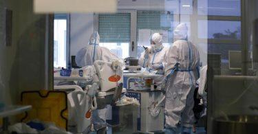 Mitarbeiter des Gesundheitswesen auf einer Corona-Intensivstation in Lissabon. In Portugal steckten sich zuletzt binnen 14 Tagen 1429 Menschen je 100.000 Einwohner mit Corona an. Foto: Armando Franca/AP/dpa