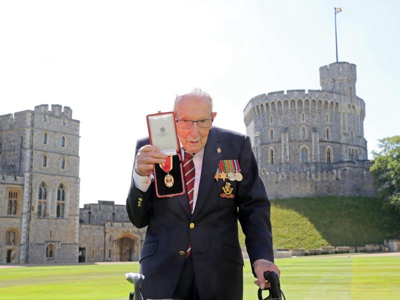 Sir Tom Moore zeigt seine Medaille, nachdem die Queen ihn auf Schloss Windsor zum Ritter geschlagen hat. Foto: Chris Jackson/PA Wire/dpa