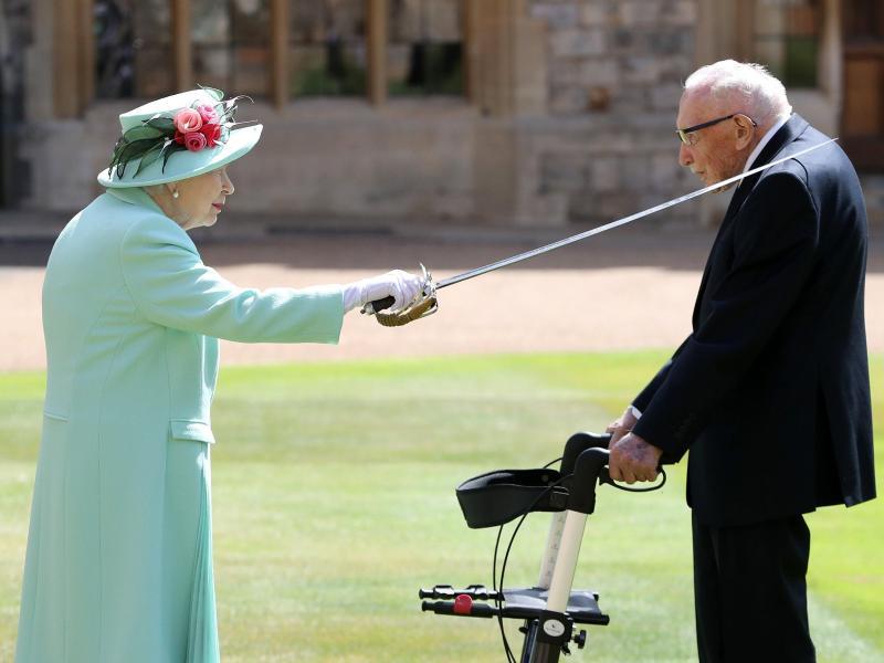 Königin Elizabeth II. schlägt Tom Moore zum Ritter. Foto: Chris Jackson/PA Wire/dpa
