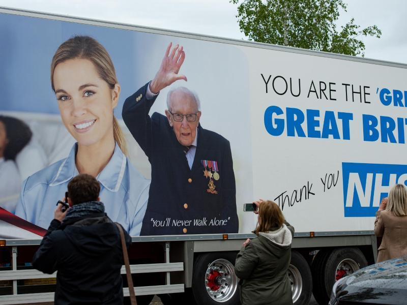 Captain Toms Konterfei wurde sogar auf Lastwagen verewigt. Foto: Jacob King/PA Wire/dpa