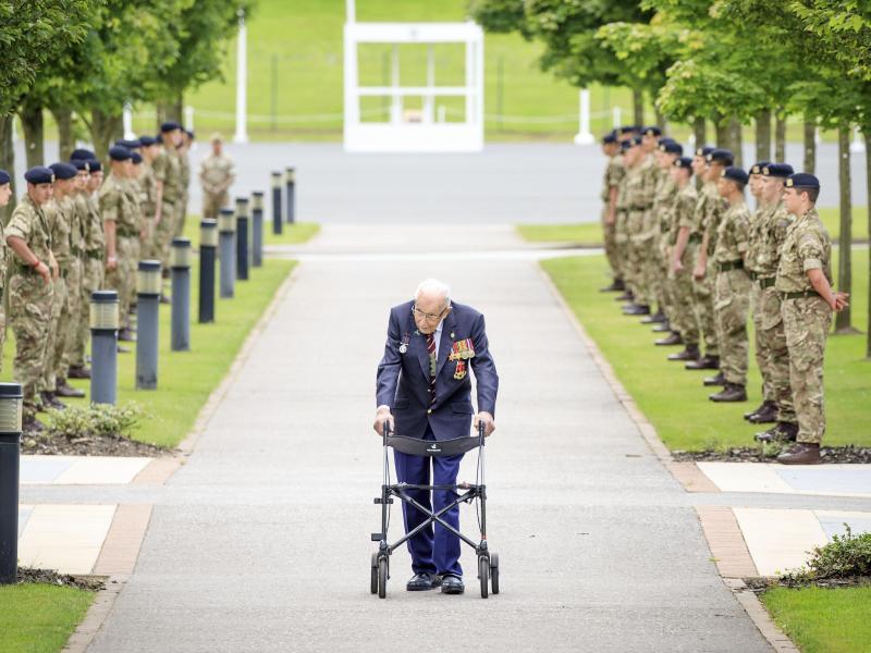 Als Ehrenoberst schreitet Tom Moore im Army Foundation College in Harrogate, North Yorkshire eine Ehrengarde ab. Foto: Danny Lawson/PA Wire/dpa