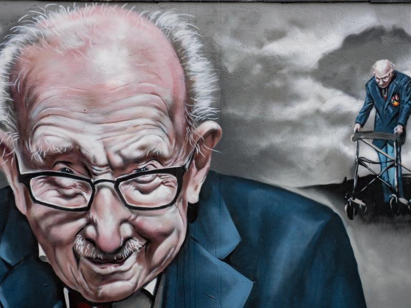 Auch mit einem Wandgemälde wurde Tom Moore geehrt. Foto: Jacob King/PA Wire/dpa