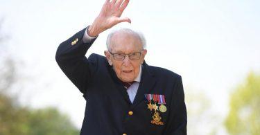 Abschied von Captain Tom Moore, der nach einer Corona-Infektion gestorben ist. Foto: Joe Giddens/PA Wire/dpa