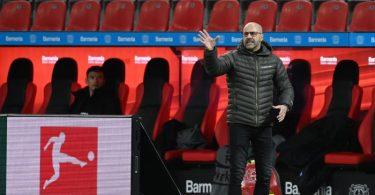 Trainer Peter Bosz und Bayer 04 Leverkusen bekommen es am 20. Spieltag mit dem VfBStuttgart zu tun. Foto: Ina Fassbender/AFP/Pool/dpa