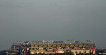 Das Raymond James Stadium ist in der Ferne zu sehen. Dort findet das Superbowl-Footballspiel zwischen den Tampa Bay Buccaneers und den Kansas City Chiefs statt. Foto: Charlie Riedel/AP/dpa