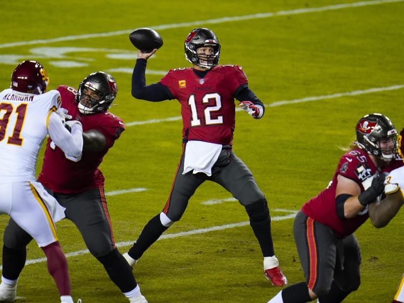 Quarterback Tom Brady (M.) ist der Spielmacher der Tampa Bay Buccaneers. Foto: Julio Cortez/AP/dpa