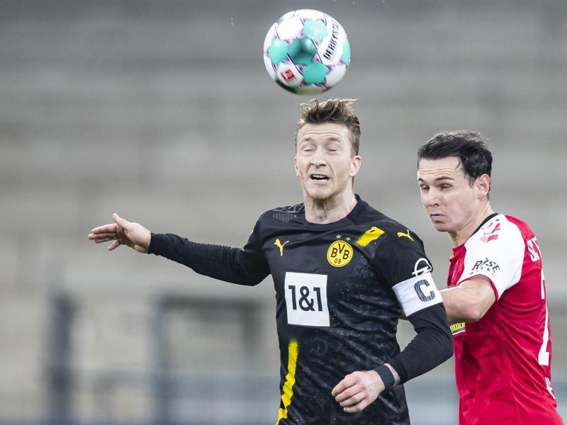 Der BVB verlor mit Kapitän Marco Reus (l) in Freiburg. Foto: Tom Weller/dpa