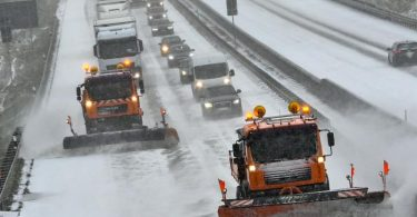Zwei Räumfahrzeuge des Winterdienstes fahren auf der Autobahn A12 in Brandenburg. Foto: Patrick Pleul/dpa-Zentralbild/ZB