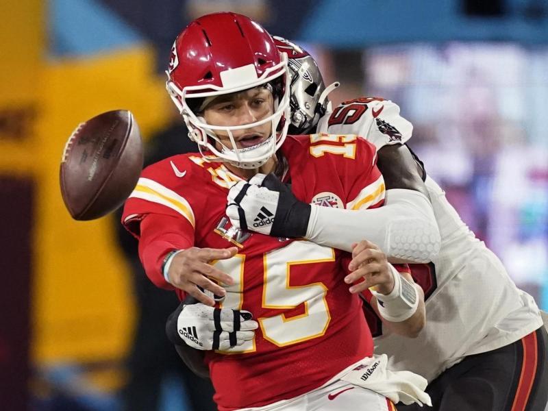 Shaquil Barrett (r) von den Tampa Bay Buccaneers attackiert Kansas-Quarterback Patrick Mahomes erfolgreich-. Foto: Ashley Landis/AP/dpa
