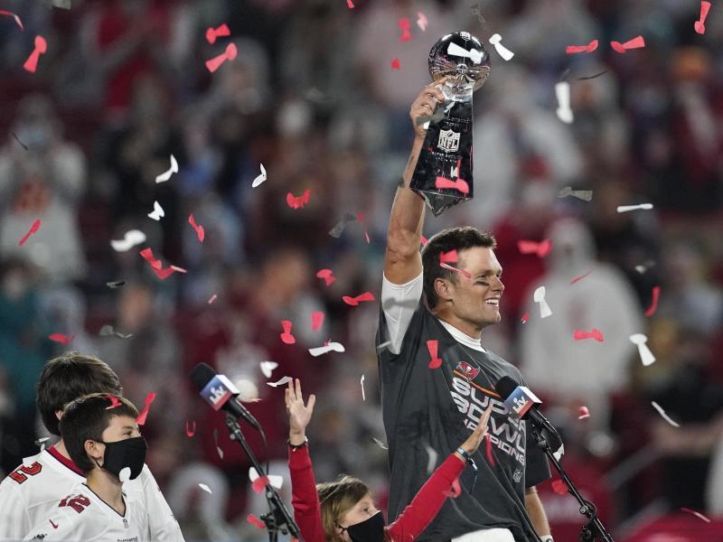 Quarterback Tom Brady von den Tampa Bay Buccaneers jubelt mit der Vince Lombardi Trophy. Foto: Ashley Landis/AP/dpa