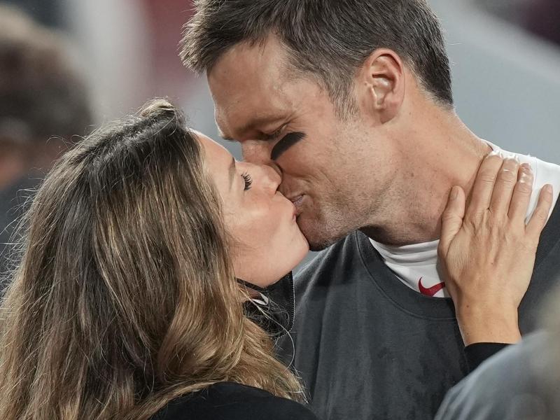 Tom Brady küsst seine Frau Gisele Bündchen nach dem Sieg seines Teams. Foto: David J. Phillip/AP/dpa