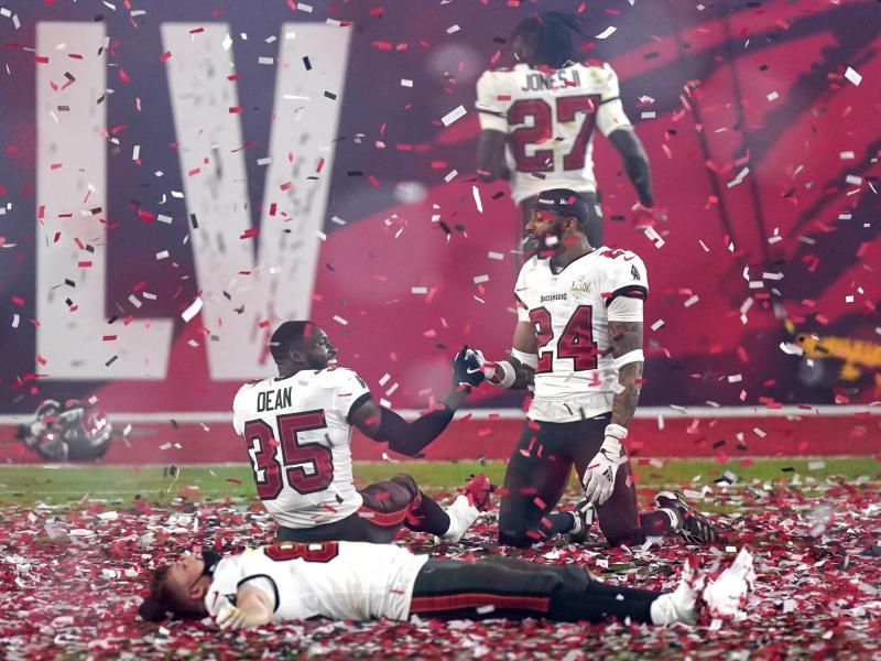 Spieler der Tampa Bay Buccaneers feiern den Sieg im Super Bowl. Foto: Mark Humphrey/AP/dpa