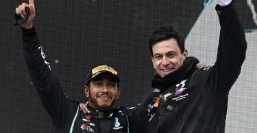 Arbeiten weiter in der Formel 1 zusammen: Lewis Hamilton (l) und Toto Wolff, Motorsportchef vom Team Mercedes. Foto: Ozan Kose/POOL AFP/AP/dpa
