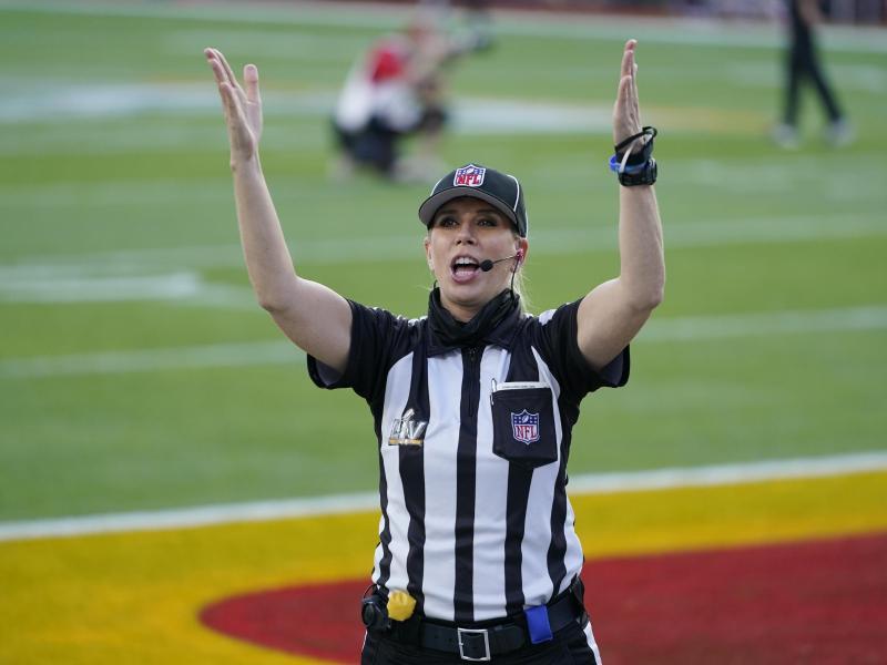 Sarah Thomas war als erste Frau bei einem Super Bowl als Schiedsrichterin im Einsatz. Foto: Mark Humphrey/AP/dpa