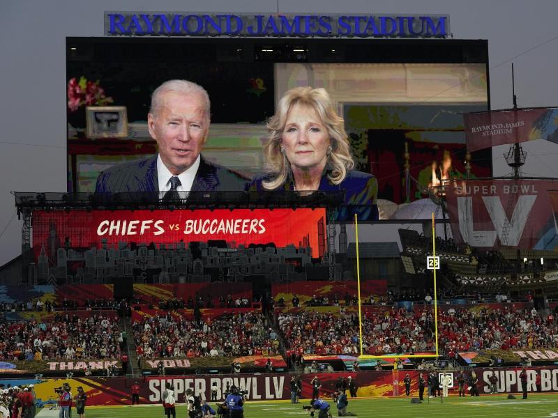 Vor dem Spiel hielten US-Präsident Joe Biden und First Lady Jill Biden eine Rede auf der Videowand. Foto: Chris O'meara/AP/dpa