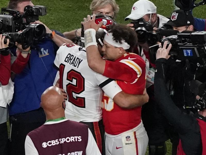 Nach dem Spiel gratulierte Chiefs-Quarterback Patrick Mahomes (r) fair Tom Brady. Foto: Chris Carlson/AP/dpa