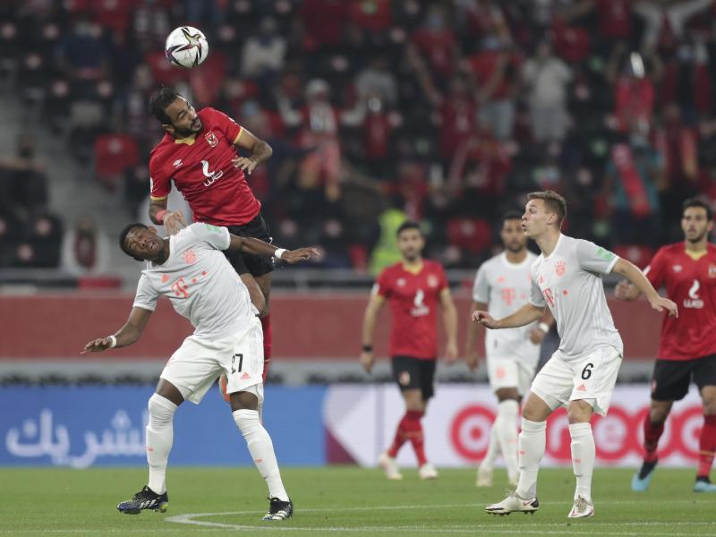 Kairos Kahraba (o) steigt höher als Bayern-Profi David Alaba. Foto: Hussein Sayed/AP/dpa