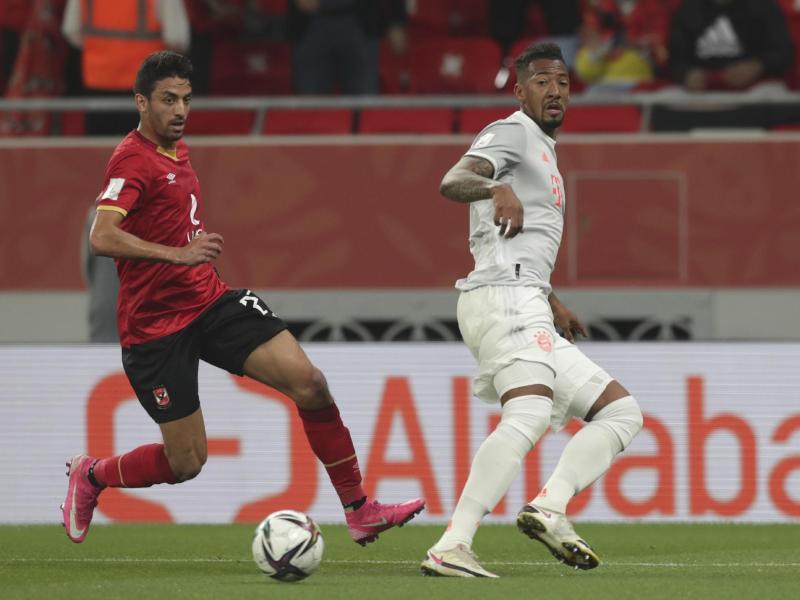 Bayern-Verteidiger Jérôme Boateng (r) uist vor Mohamed Hany am Ball. Foto: Hussein Sayed/AP/dpa