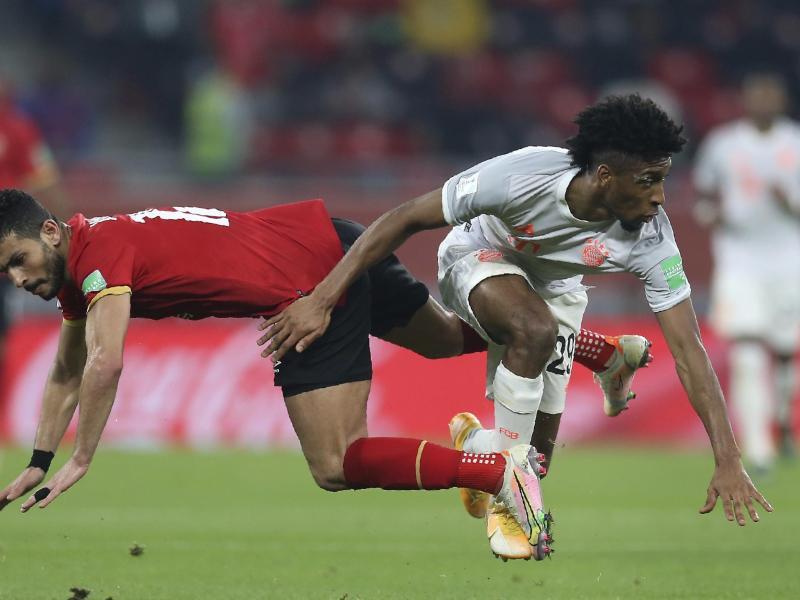 Duell am Boden:Bayerns Kingsley Coman (r) und Ayman Ashraf. Foto: Hussein Sayed/AP/dpa