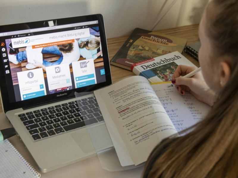 Bereits seit Monaten sieht der Alltag von Schülern so aus: Sie lernen allein am Computer. Foto: Stefan Puchner/dpa