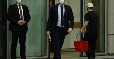 Jens Spahn (M.), Bundesgesundheitsminister, kommt zu einer Pressekonferenz in Berlin. Foto: Soeren Stache/dpa-Zentralbild/dpa