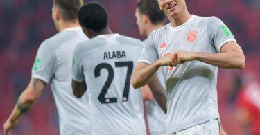 Glänzte mit einem Doppelpack gegen Al Ahly Kairo zum Start des FC Bayern München in die Club-WM: Robert Lewandowski (r). Foto: Nikku/XinHua/dpa
