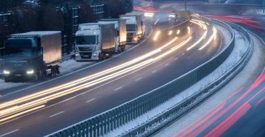 LKW-Fahrer haben zum Übernachten auf dem Standstreifen der Autobahn A2 geparkt. Foto: Julian Stratenschulte/dpa