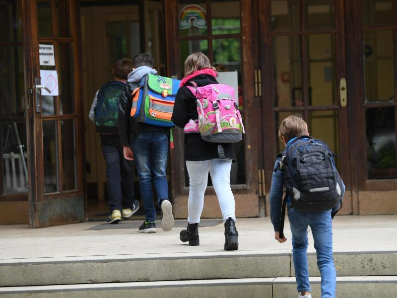 Da es keine einheitliche Regelung für die Öffnung gibt, könnten Länder die Schulen teilweise im Februar wieder öffnen. Foto: Arne Dedert/dpa