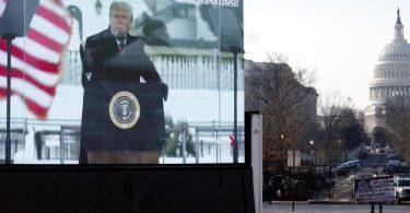Die Szene, in der der damalige US-Präsident Trump am 6. Januar zu seinen Anhängern spricht, ist auf einem Monitor zu sehen. Foto: Jose Luis Magana/AP/dpa