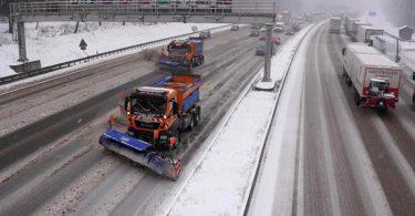 Fahrzeuge des Winterdienstes räumen auf der Autobahn 8 den Neuschnee weg. Foto: Andreas Rosar/dpa