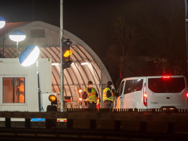 Beamte der deutschen Bundespolizei kontrollieren in Bayern aus Österreich einreisende Personen. Foto: Peter Kneffel/dpa