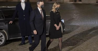 Mario Draghi (M) will neuer Ministerpräsident Italiens werden. Foto: Andrew Medichini/AP/dpa