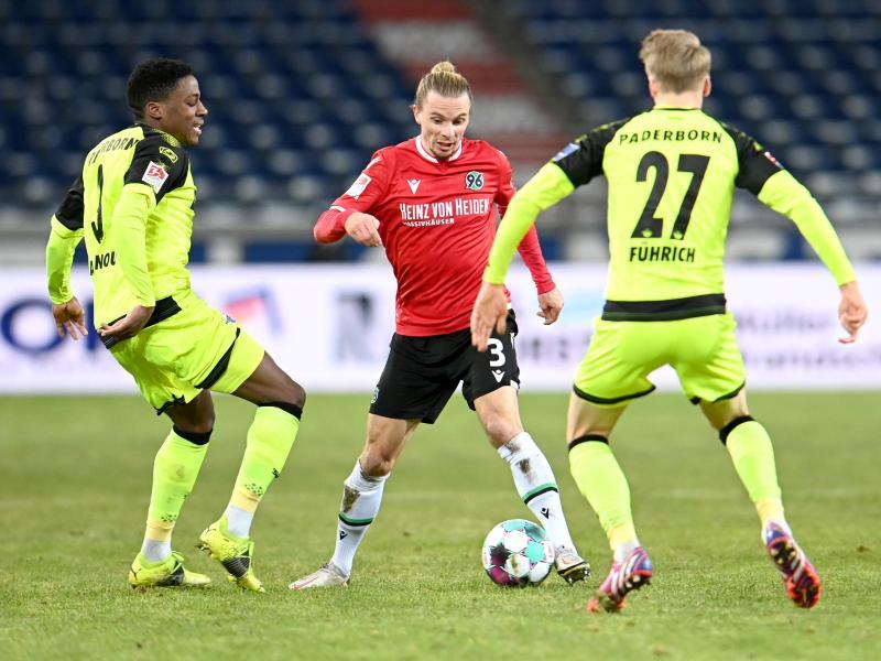 Niklas Hult (M) musste sich mit Hannover mit einem Punkt gegen Paderborn zufrieden geben. Foto: Hauke-Christian Dittrich/dpa