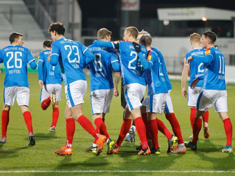 Zumindest über Nacht springt Holstein Kiel nach dem Sieg über Würzburg auf die Aufstiegsplätze der 2. Liga. Foto: Frank Molter/dpa