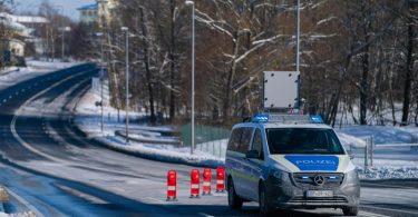 Ein Einsatzfahrzeug der Bundespolizei steht an der bayerisch-tschechischen Grenze bei Schirnding. Foto: Nicolas Armer/dpa