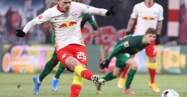 Dani Olmo sorgte beim Leipziger Sieg gegen Augsburg vom Elfmeterpunkt für die RB-Führung. Foto: Jan Woitas/dpa-Zentralbild/dpa