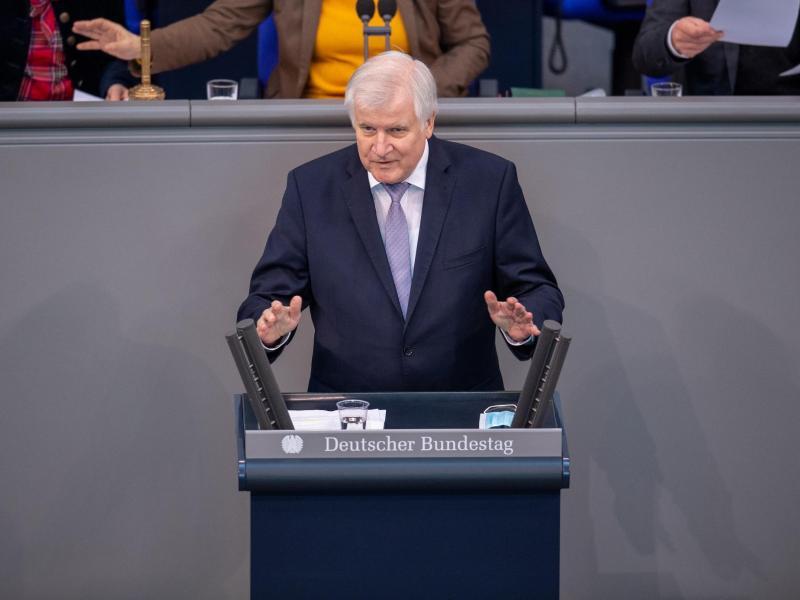 Horst Seehofer (CSU), Innenminister, spricht während einer Plenarsitzung des Deutschen Bundestages. Foto: Dorothée Barth/dpa/Archivbild