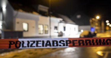 Die Polizei hat das Gelände nach einem Wohnhausbrand im Bergischen Land abgesperrt. Foto: Christoph Reichwein/dpa