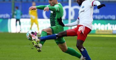 Fürths David Raum (l) und Bakery Jatta vom HSV kämpfen um den Ball. Foto: Daniel Reinhardt/dpa