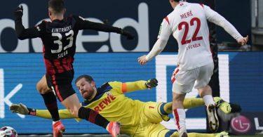 Eintracht-Torjäger André Silva (l) brachte Frankfurt beim Sieg gegen den 1. FCKöln in Führung. Foto: Thomas Frey/dpa