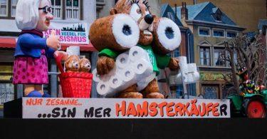 Der Hamster ist unterwegs - natürlich mit Klopapier. Foto: Rolf Vennenbernd/dpa