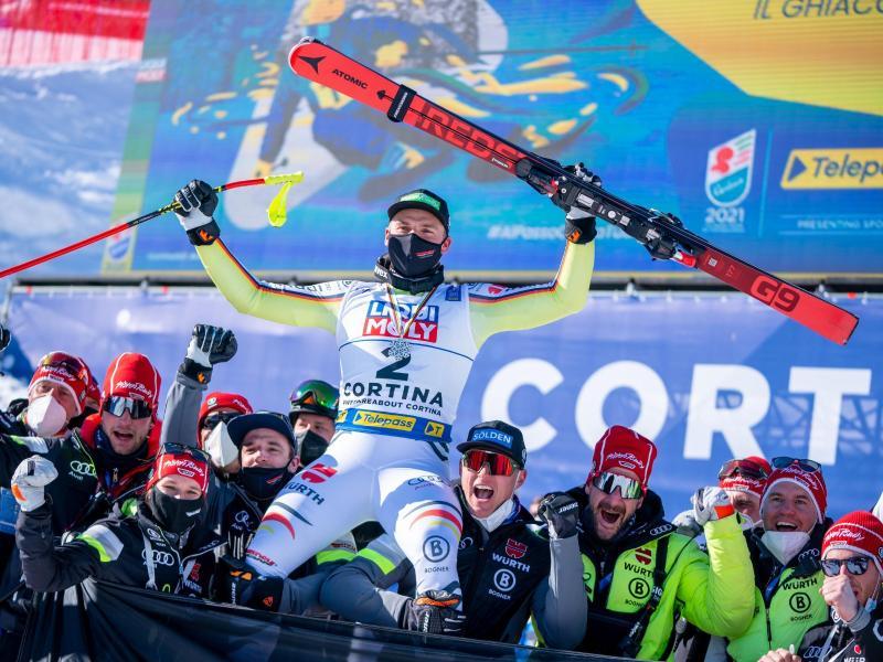 Feierstimmung: Andreas Sander lässt sich nach WM-Silber in der Abfahrt hochleben. Foto: Michael Kappeler/dpa